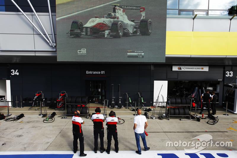 Teknisi ART menyaksikan Marvin Kirchhofer, ART Grand Prix pada layar besar