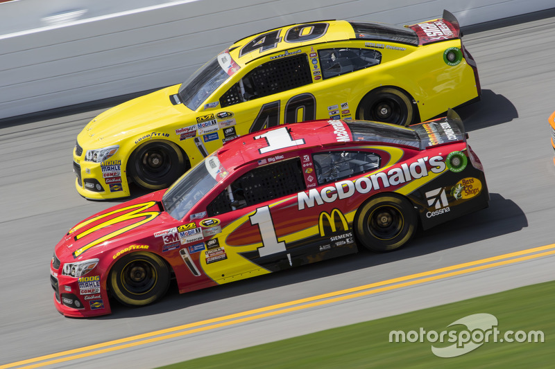 Landon Cassill, Hillman Circle Sport LLC, Chevrolet, und Jamie McMurray, Chip Ganassi Racing, Chevro