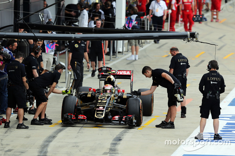 Pastor Maldonado, Lotus F1 E23, in der Box