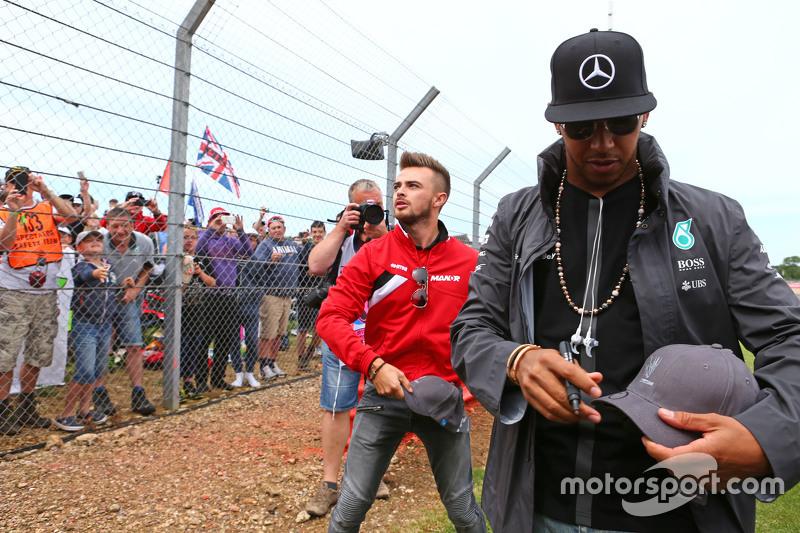 Lewis Hamilton, Mercedes AMG F1, und Will Stevens, Manor F1 Team, mit den Fans