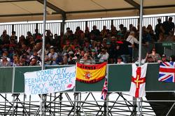 Fans mit Flaggen auf den Tribünen