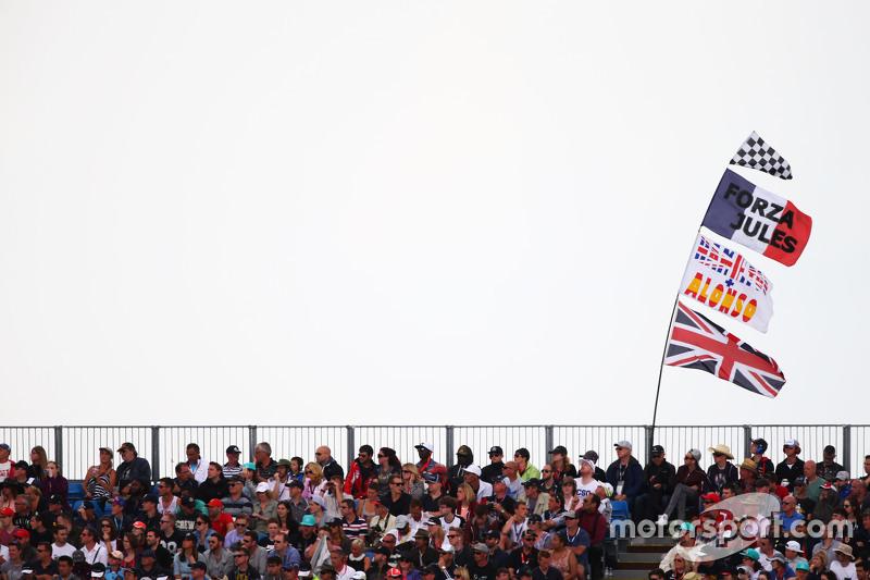 Fans dan bendera-bendera di grandstand