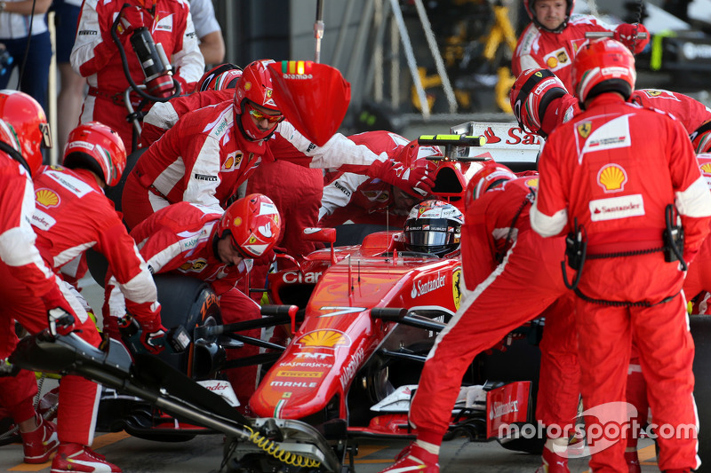 Kimi Raikkonen, Scuderia Ferrari durante un pitstop