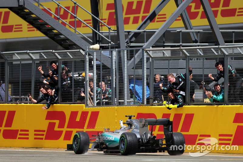 Race winner Lewis Hamilton, Mercedes AMG F1 W06 celebrates as he passes his team at the end of the r