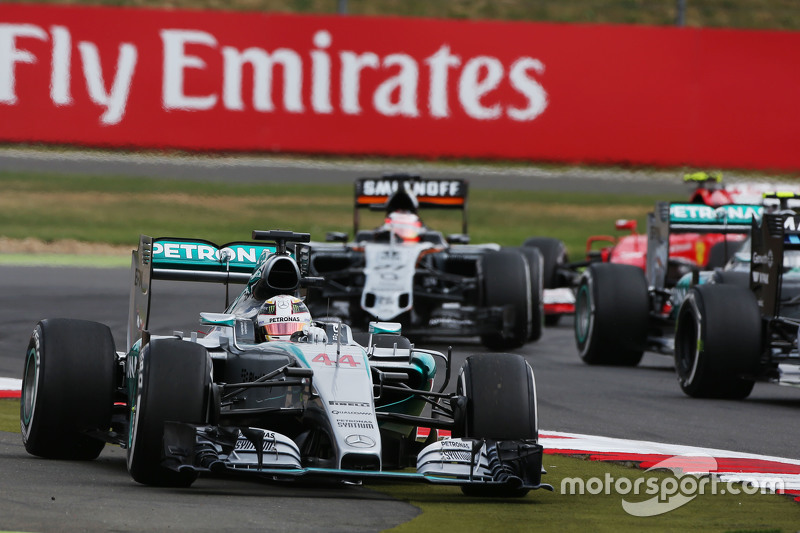 Lewis Hamilton, Mercedes AMG F1 W06 runs wide as he tries to pass Felipe Massa, Williams FW37 for th