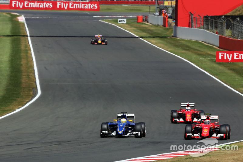 Marcus Ericsson, Sauber C34, dan Kimi Raikkonen, Ferrari SF15-T battle for position