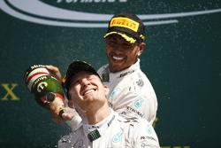 Winnaar Lewis Hamilton, Mercedes AMG F1 viert op het podium met Nico Rosberg, Mercedes AMG F1