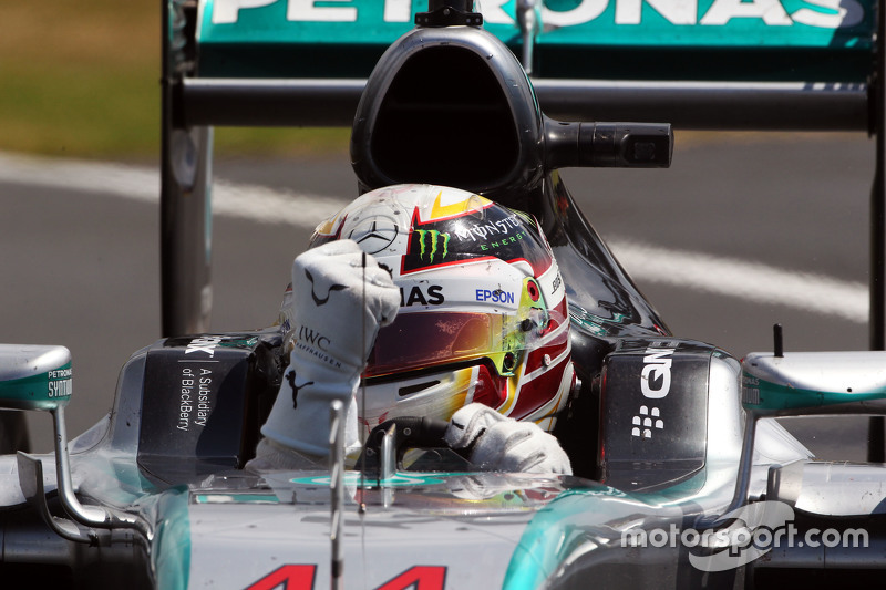 Juara balapan Lewis Hamilton, Mercedes AMG F1 W06 merayakans di end of the race