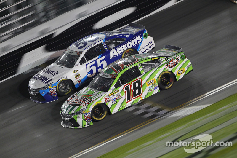 David Ragan, Michael Waltrip Racing Toyota dan Kyle Busch, Joe Gibbs Racing Toyota