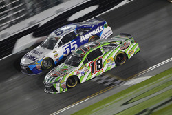 David Ragan, Michael Waltrip Racing Toyota and Kyle Busch, Joe Gibbs Racing Toyota