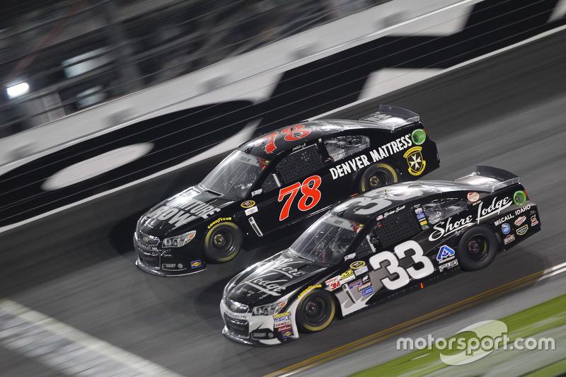 Martin Truex Jr., Furniture Row Racing Chevrolet, dan Brian Scott, Richard Childress Racing Chevrolet