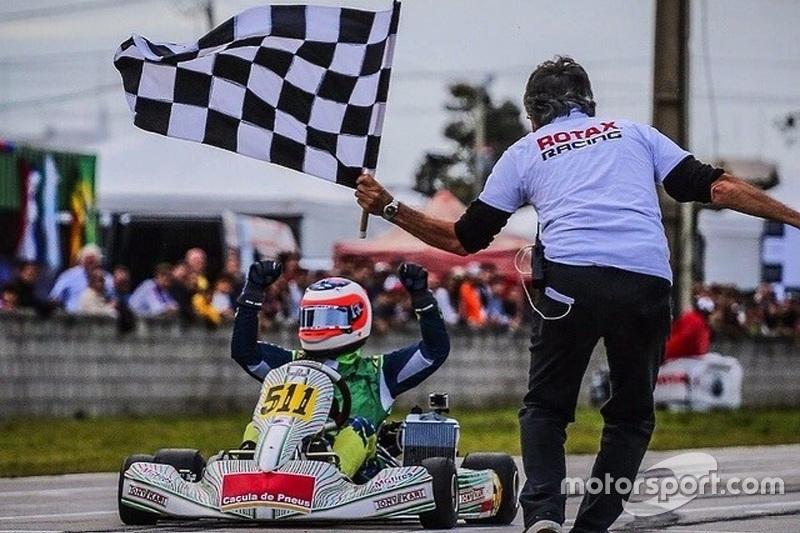 Rubens Barrichello recebe a bandeirada