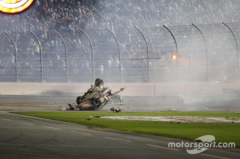 Bergungstrupps überprüfen das Unfallauto von Austin Dillon, Richard Childress Racing, Chevrolet