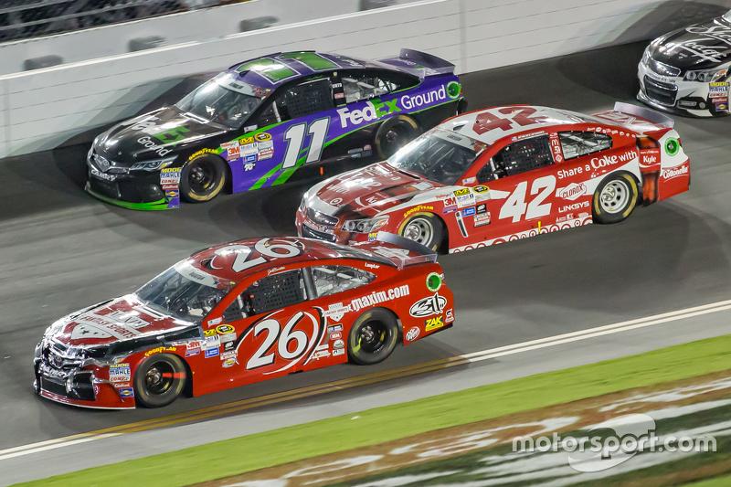 Denny Hamlin, Joe Gibbs Racing, Toyota; Kyle Larson, Ganassi Racing, Chevrolet, und Jeb Burton, BK Racing, Toyota