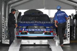 Elliott Sadler, Roush Fenway Racing Ford pasa por la inspección