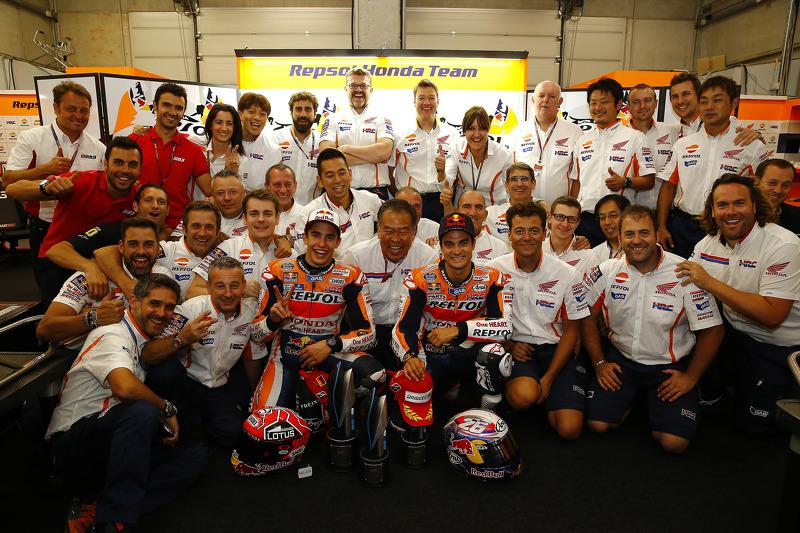 Marc Marquez, dan Dani Pedrosa, dan the Repsol Honda Team merayakan their 1-2 finish