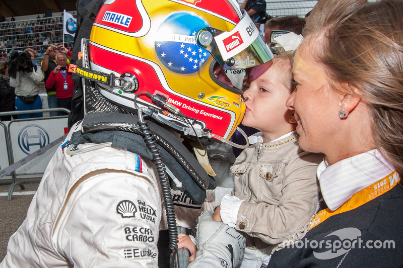 Peringkat kedua Augusto Farfus, BMW Team RBM BMW M4 DTM gets a kiss from his daughter Victoria