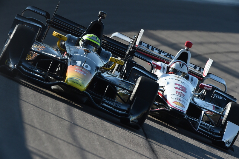 Tony Kanaan, Chip Ganassi Racing Chevrolet dan Helio Castroneves, Team Penske Chevrolet