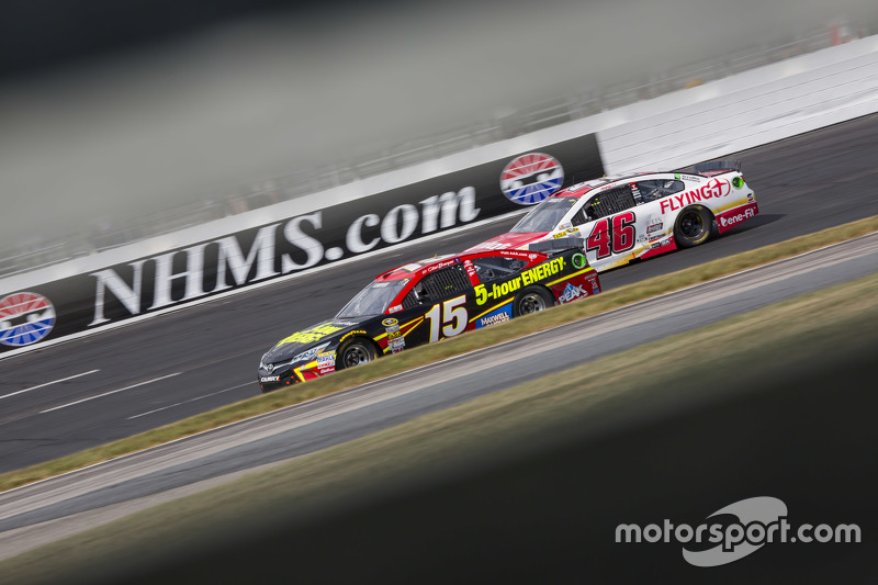 Clint Bowyer, Michael Waltrip Racing Toyota dan Michael Annett, HScott Motorsports Chevrolet