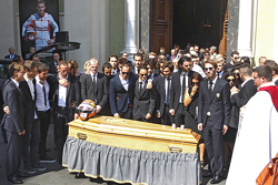 Amigos, familia y pilotos en el funeral de Jules Bianchi en Niza, Francia