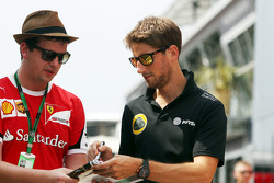 Romain Grosjean, Lotus F1 Team assina autógrafos para fãs
