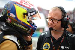 Марк Слэйд, гоночный инженер Lotus F1 Team и Пастор Мальдонадо, Lotus F1 Team