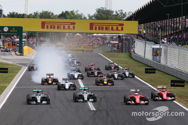 (Kiri ke Kanan): Nico Rosberg, Mercedes AMG F1 W06; Lewis Hamilton, Mercedes AMG F1 W06; Sebastian Vettel, Ferrari SF15-T; dan Kimi Raikkonen, Ferrari SF15-T di start balapan
