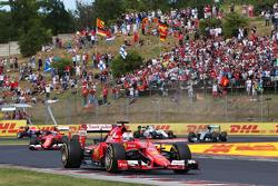 Sebastian Vettel, Ferrari SF15-T, lidera al inicio de la carrera