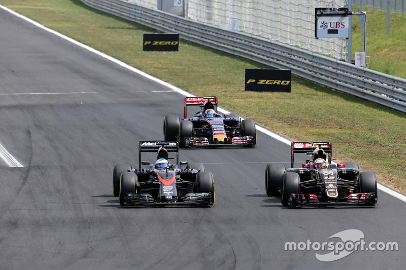 Fernando Alonso, McLaren Honda; Pastor Maldonado, Lotus F1 Team