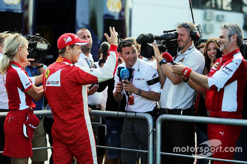 Juara balapan Sebastian Vettel, Ferrari merayakan bersama Maurizio Arrivabene, Ferrari Team Principal