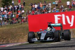 Льюис Хэмилтон, Mercedes AMG F1 W06 широко вышел из поворота