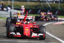 Juara balapan Sebastian Vettel, Ferrari SF15-T merayakan in parc ferme