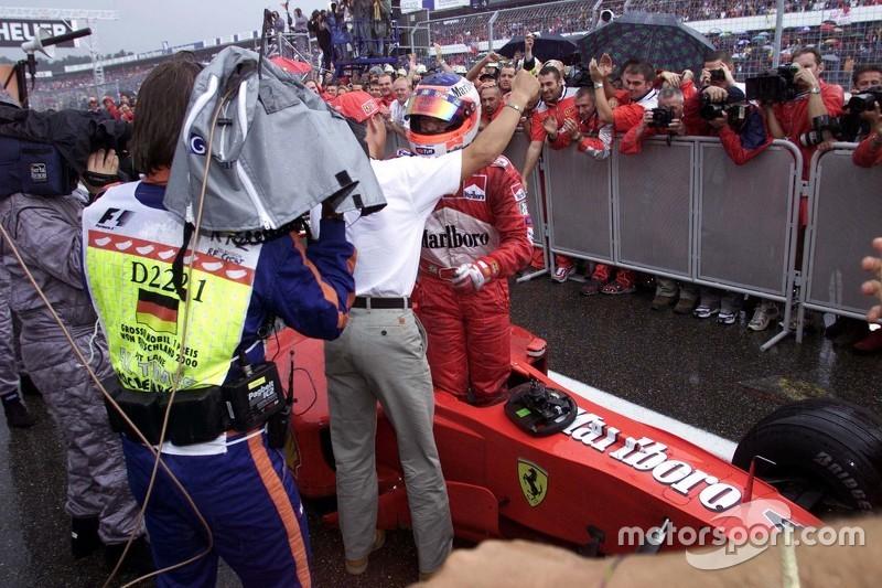 Michael Schumacher greets Juara balapan Rubens Barrichello, Ferrari in parc ferme