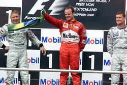 Podio: segundo lugar Mika Hakkinen, McLaren y ganador Rubens Barrichello, Ferrari y tercer lugar David Coulthard, de McLaren