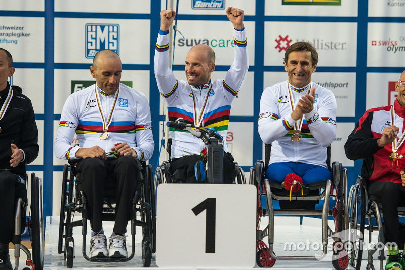 Alex Zanardi berkompetisi di UCI Para-cycling World Championship dengan rekan setim Vittorio Podest_x0087_ dan Luca Mazzone