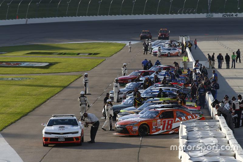 Cars line-up на піт-лейн