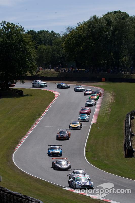 #007 Beechdean AMR Aston Martin Vantage GT3: Andrew Howard, Jonny Adam memimpin balapan dari awal lomba