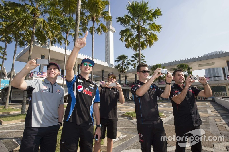 Craig Lowndes, Triple Eight Race Engineering dan Chaz Mostert, Prodrive Racing Australia dan Will Da