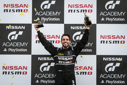Matthew Simmons святкує winning the GT Academy