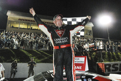 Le vainqueur Scott Steckly célèbre sa victoire