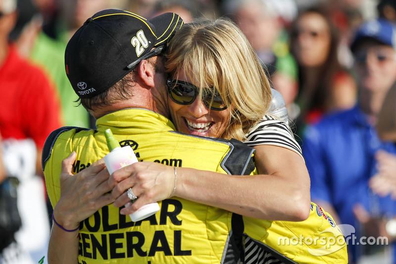 Juara balapan Matt Kenseth, Joe Gibbs Racing Toyota bersama istri, Katie Martin