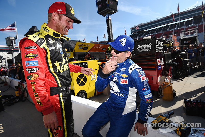 Clint Bowyer, Michael Waltrip Racing Toyota dan Jeff Gordon, Hendrick Motorsports Chevrolet