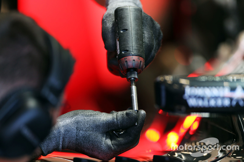 McLaren MP4-30 worked on bersama a drill by a mechanic