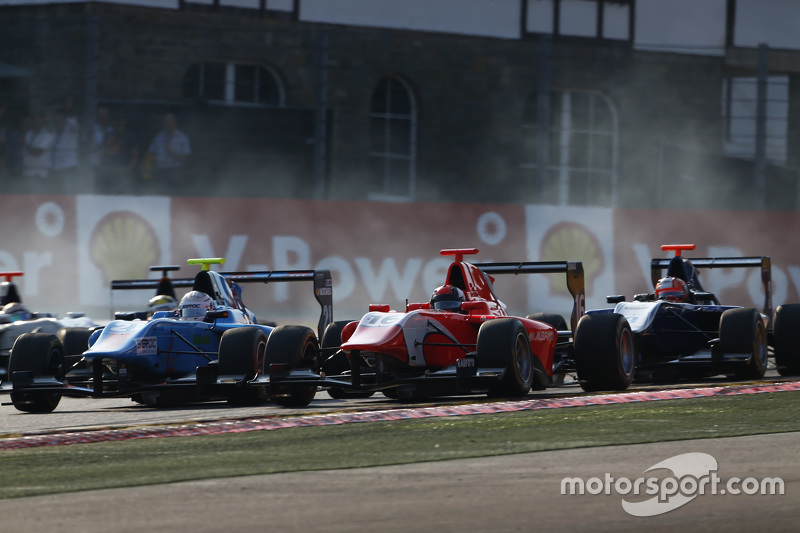 Matheo Tuscher, Jenzer Motorsport & Aleksander Bosak, Arden International lead Mitch Gilbert, Carlin