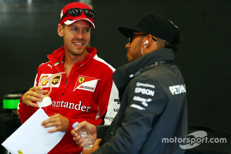 (Kiri ke Kanan): Sebastian Vettel, Ferrari dengan Lewis Hamilton, Mercedes AMG F1