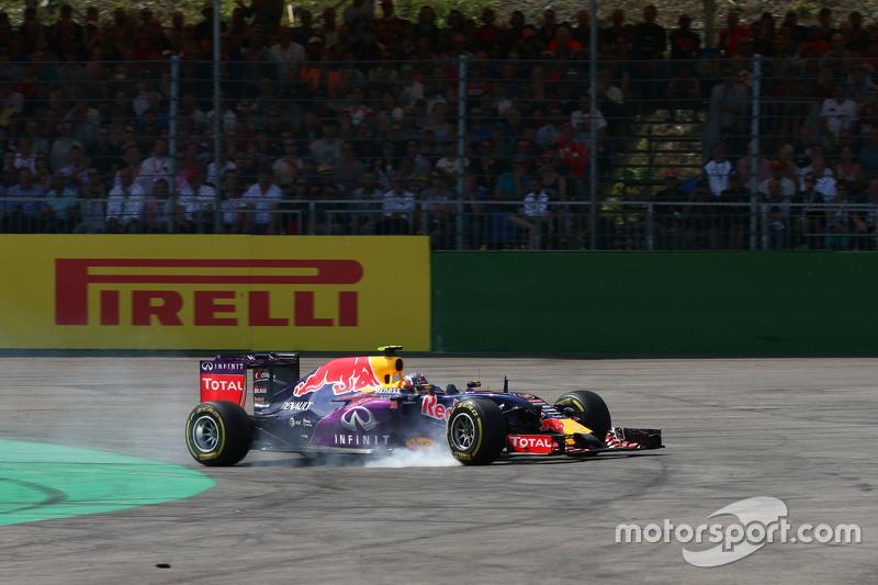 Daniil Kvyat, Red Bull Racing RB11 terkunci saat mengerem