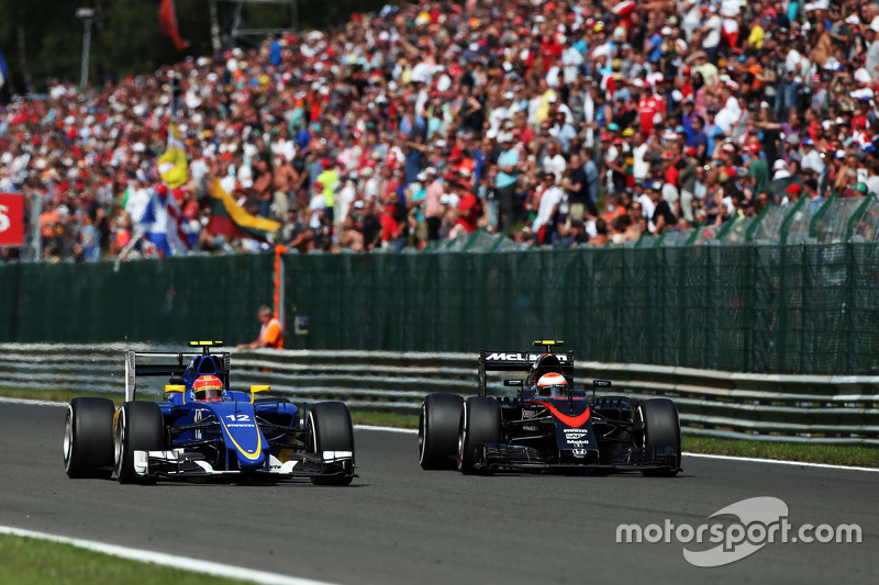 (L to R): Felipe Nasr, Sauber C34 and Jenson Button, McLaren battle for position