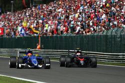 (L to R): Феліпе Наср, Sauber C34 та Дженсон Баттон, McLaren - боротьба за позиції