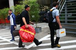 Шины Pirelli Себастьяна Феттеля, Ferrari забирают из паддока для расследования