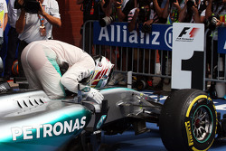 El ganador, Lewis Hamilton, Mercedes AMG F1 W06 celebra